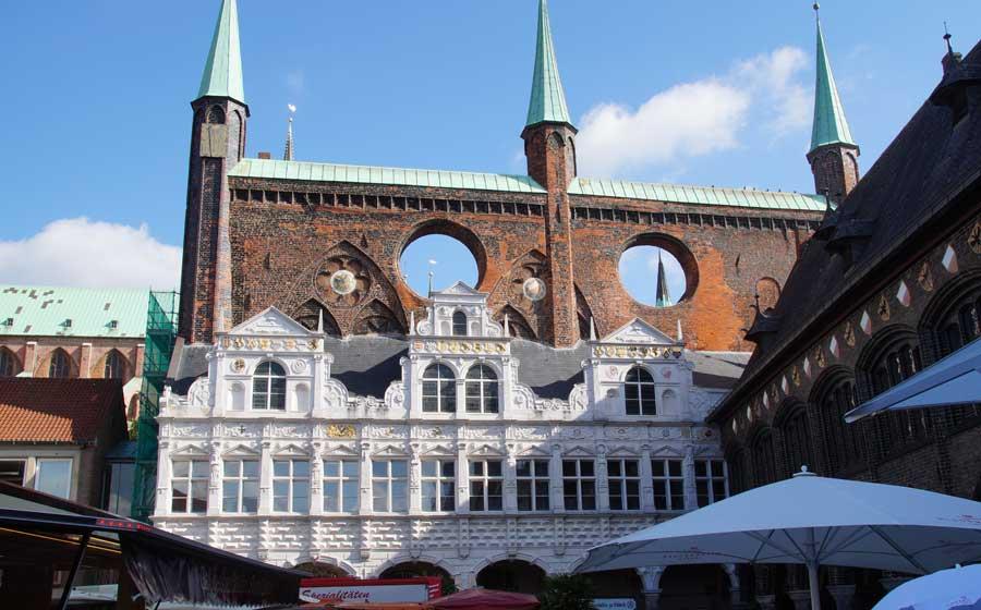 Rathaus und Markt in Lübeck